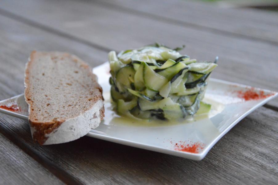 Gurken-Zucchini-Salat mit Joghurtdressing