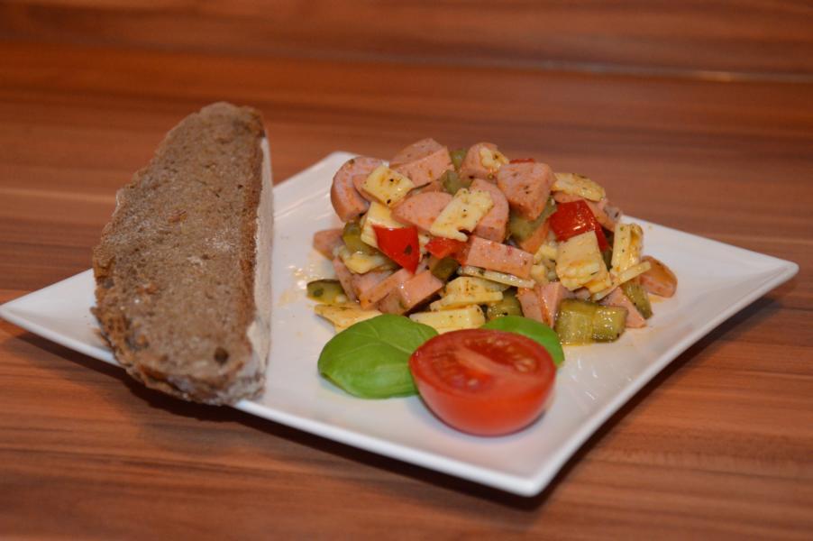 Cervelatsalat (Wurst-Käse-Salat)