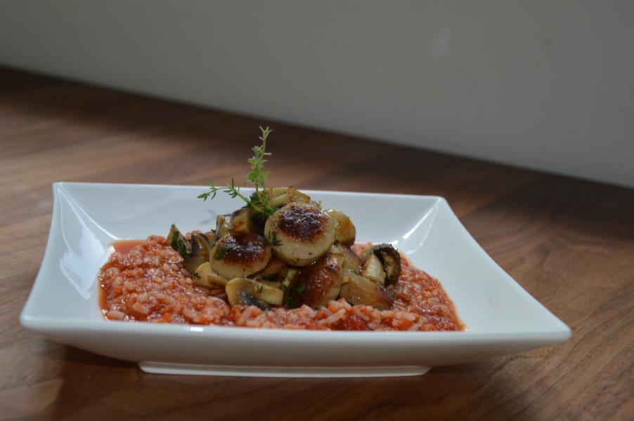 Reisfleisch mit Bratwurst und Pilzen